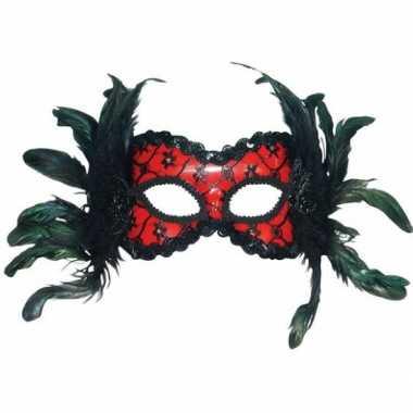 Rood maskertje met veren